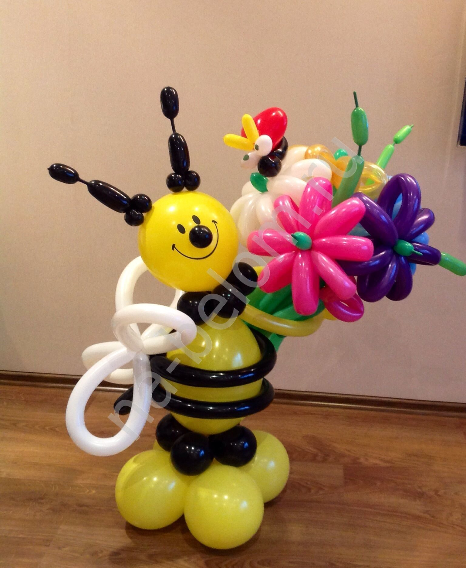 Пчелка на полянке из шариков. Как сделать пчелу из воздушных шариков